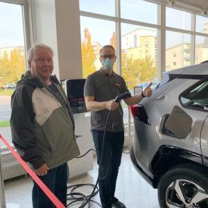 Raimo lähtee uudella, upealla RAV4 Plug-in Hybridillä aurinkoiseen syksyyn ☀️🍂🍁. Auton luovutti Petteri 👍😀